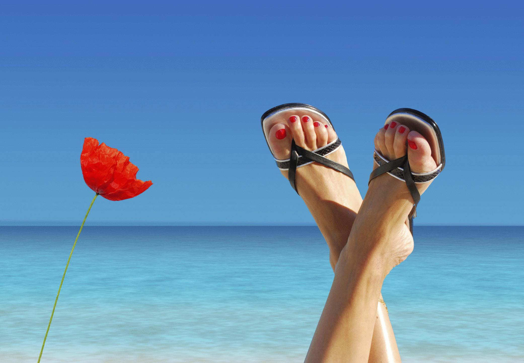 Картинка с ногами у моря