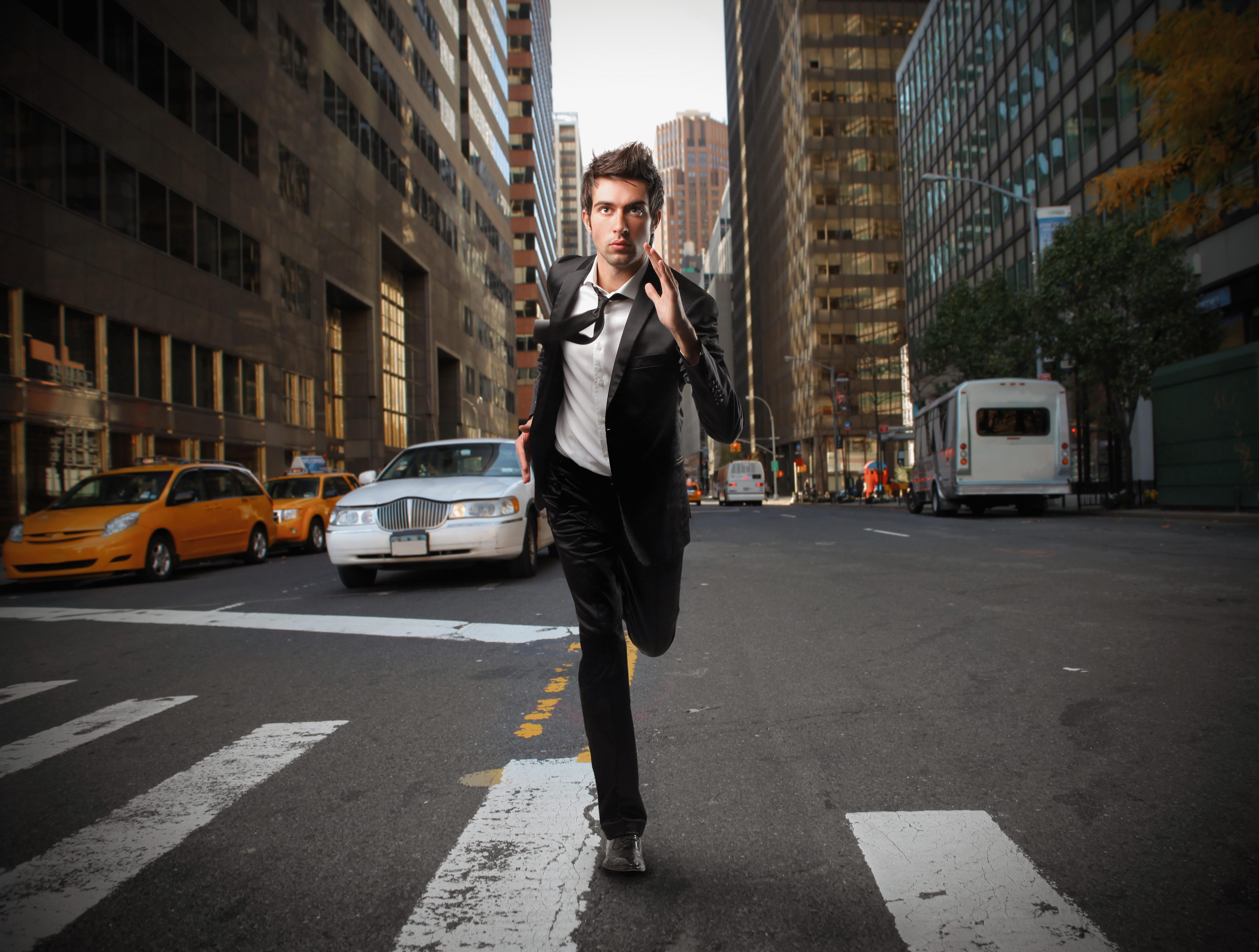 стоит фото человека идущего на работу они будут