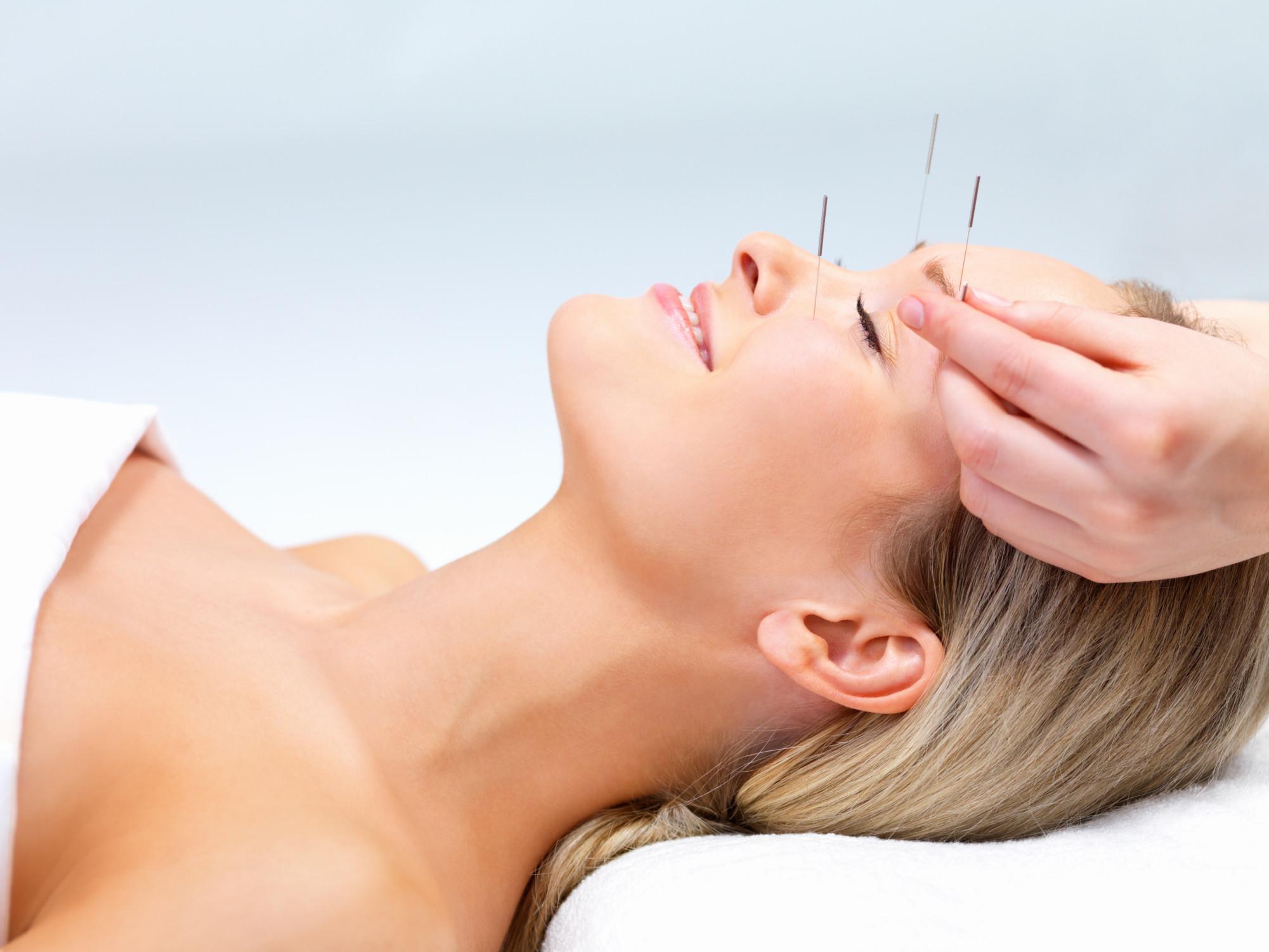 Лучше всего волосы растут летом (август — сентябрь), а выпадают — осенью и зимой (сентябрь —