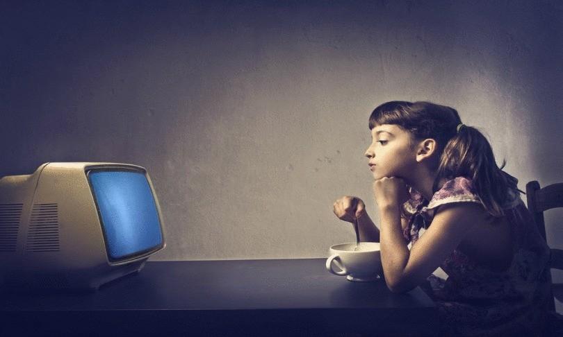 смотреть телевизор