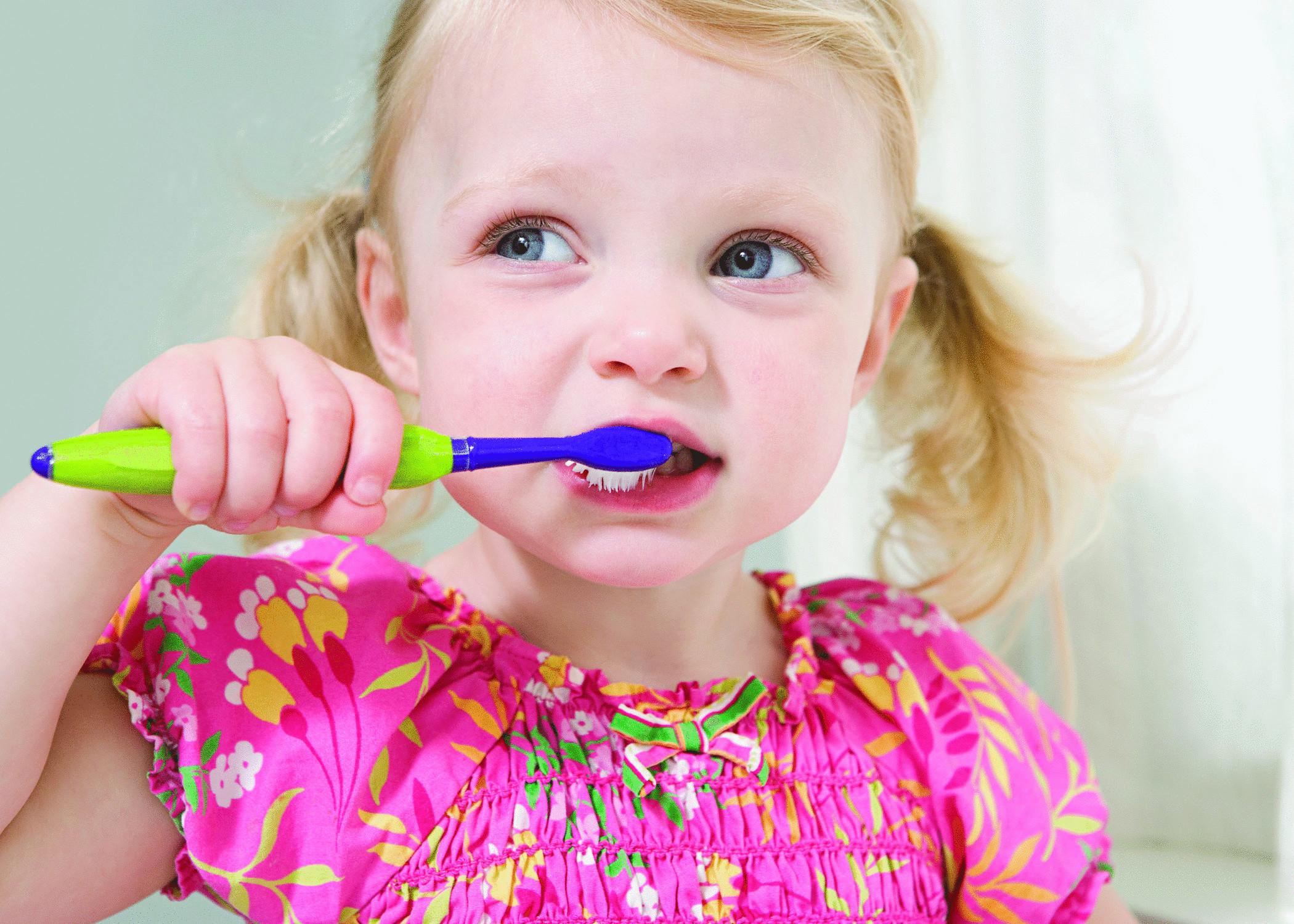 когда познакомить ребенка с зубной щеткой