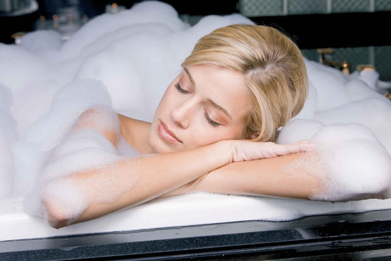 Картинка девушка в ванной лежит