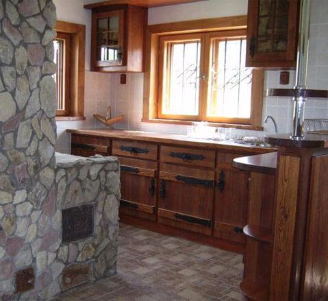 Интерьер кухни деревенского дома с печкой