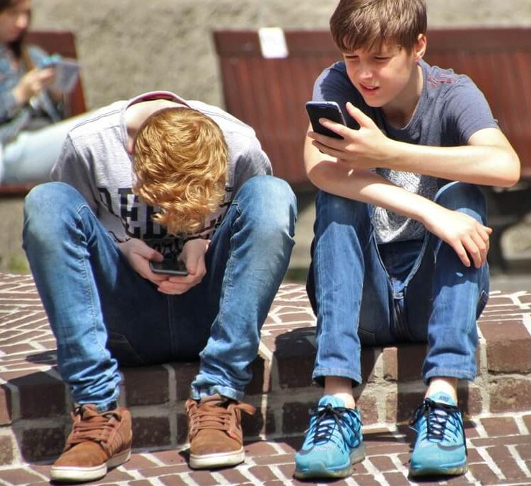 Болезненная привязанность к смартфону у ребенка