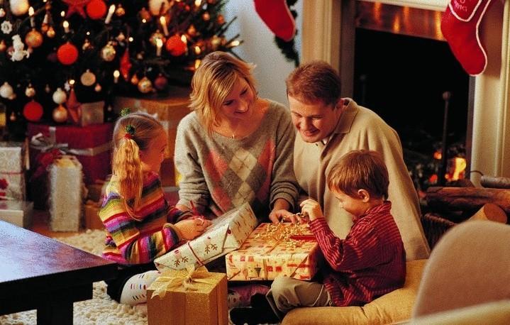 Новый год — семейный праздник. Подарки членам семьи.