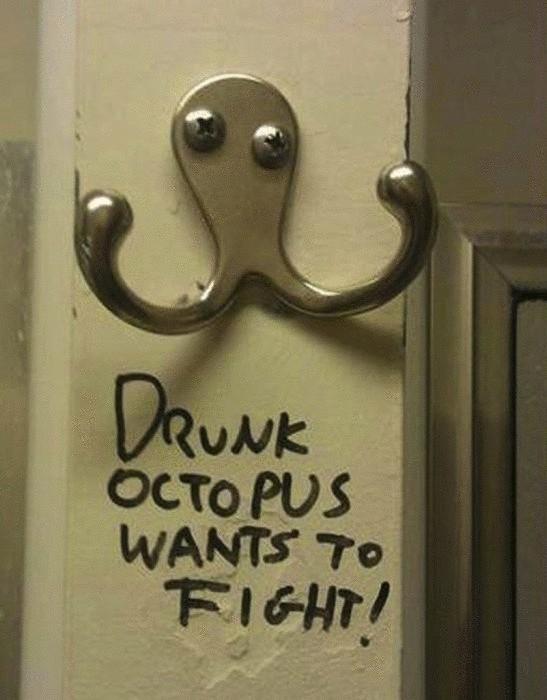 Надпись под вешалкой: «Пьяный осьминог хочет подраться».