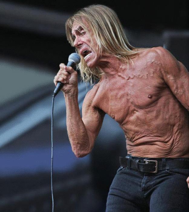«Печальный» торс американского певца.