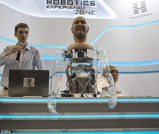 Робот-гуманоид компании Hanson Robotics реагирует на мимику человека