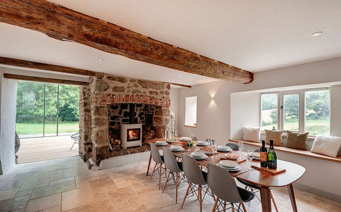 Столовая с камином от Van Ellen + Sheryn Architects