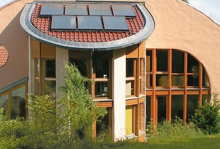 Солнечные батареи на крыше дома - альтернативный источник получения энергии.