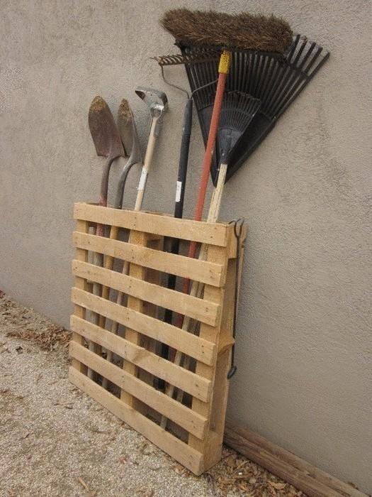 Паллета, как система хранения садового инвентаря
