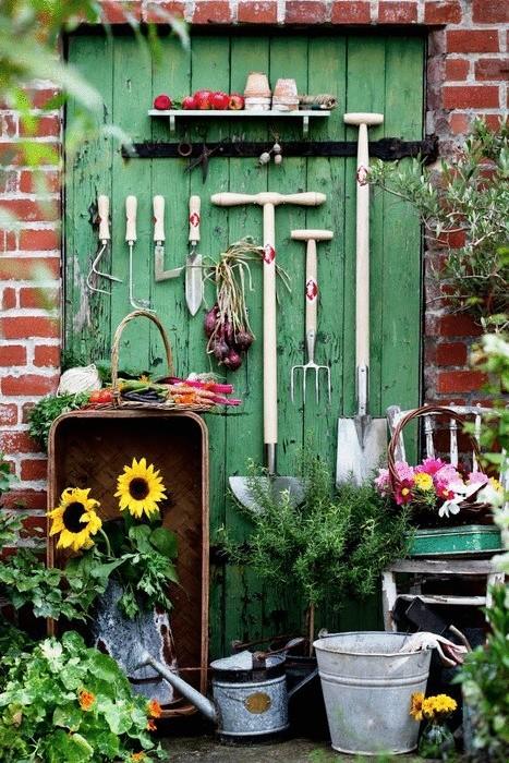 Садовый инвентарь на двери