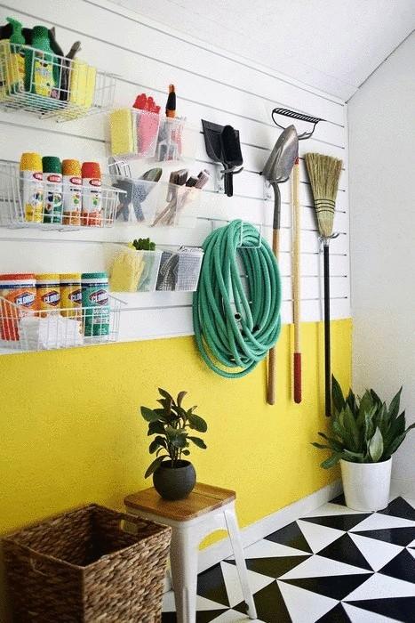 Пластиковые и металлические контейнеры на стене