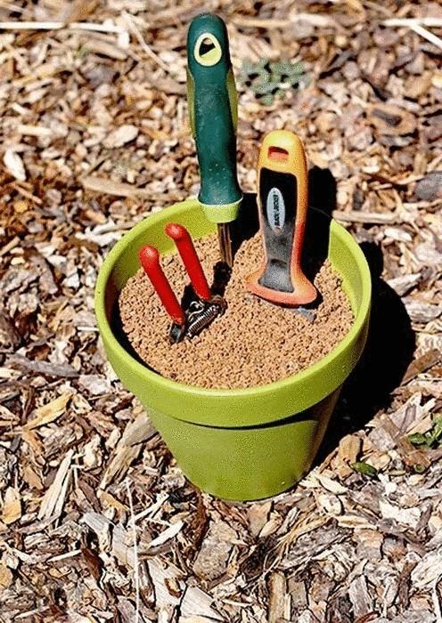 Цветочный горшок, как органайзер для хранения садового инструмента