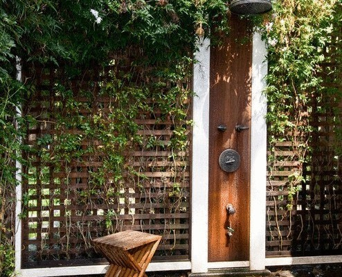 оригинальный стул рядом с летним душем