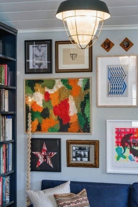 Постеры и картины не только украшают интерьер, но и делят пространство на зоны