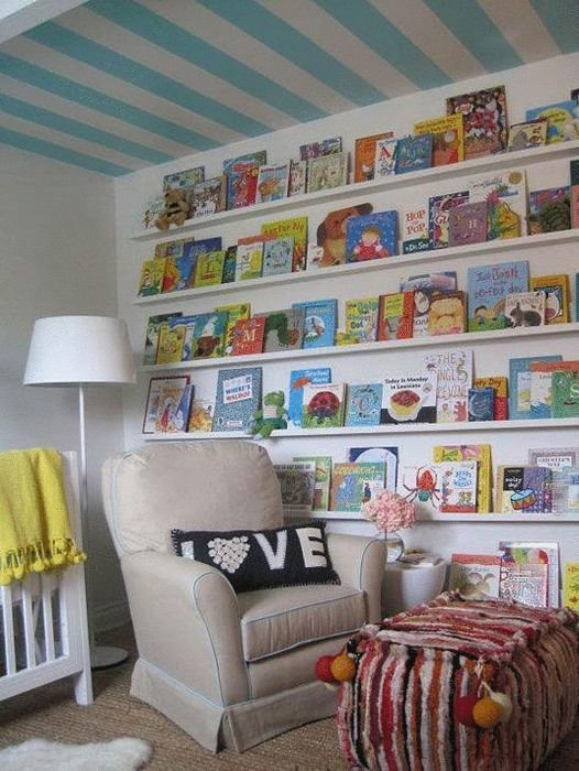 Идея №13. Обои с полосками на потолке делают комнату визуально шире