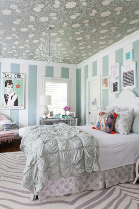 Идея №16. Нежные обои на потолке делают интерьер спальни интересным