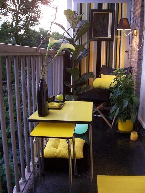 Столик у перил балкона
