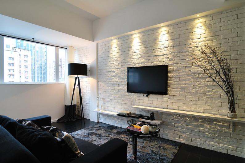 белая окрашенная кирпичная стена