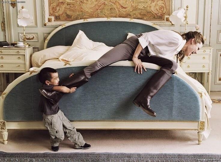 любознательный сын рассматривает спящую маму