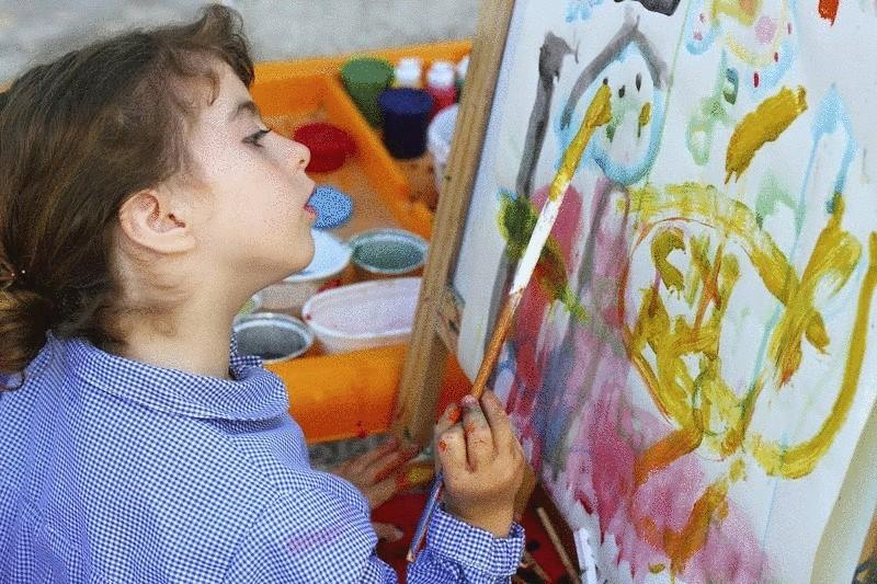 Художница рисует как ребенок