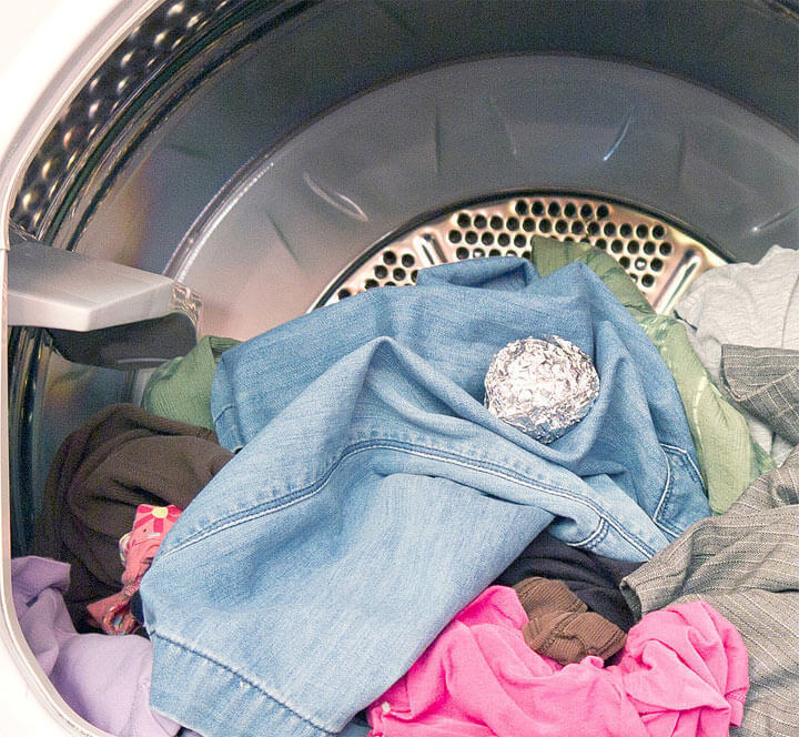 Узнайте зачем бросать в стиральную машину шарики из фольги