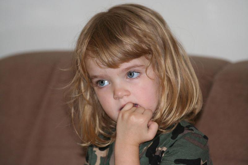 Изображение - Ребенок грызет сустав пальца content_52__econet_ru