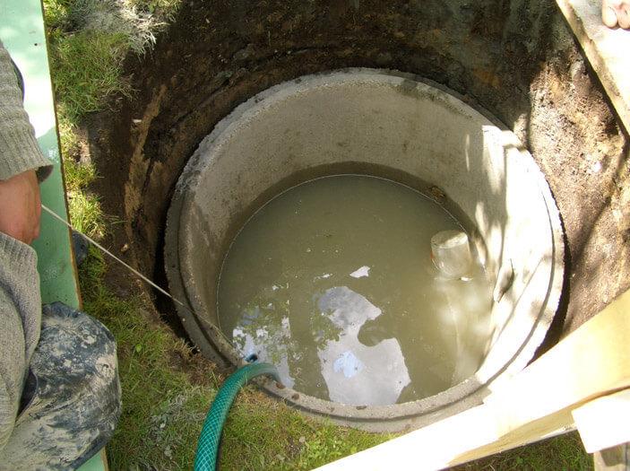 В новом глиняном колодце вода мутная