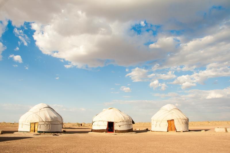 Юрты в пустыне Кызылкум неподалеку от крепости Аяз-Кала