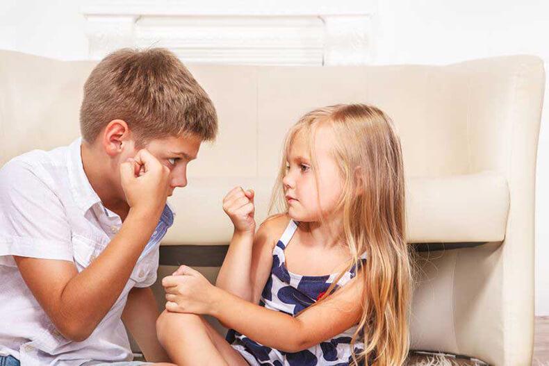 Малолетние брат и сестра моются в ванной