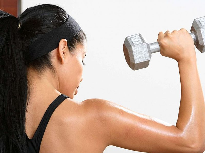 Упражнения с гантелями дома: руки и <a href='http://econet.ru/articles/tagged?tag=%D0%BF%D0%BB%D0%B5%D1%87%D0%B8' target='_blank'>плечи</a>
