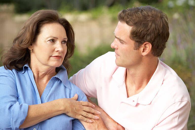 женщина в возрасте и сын
