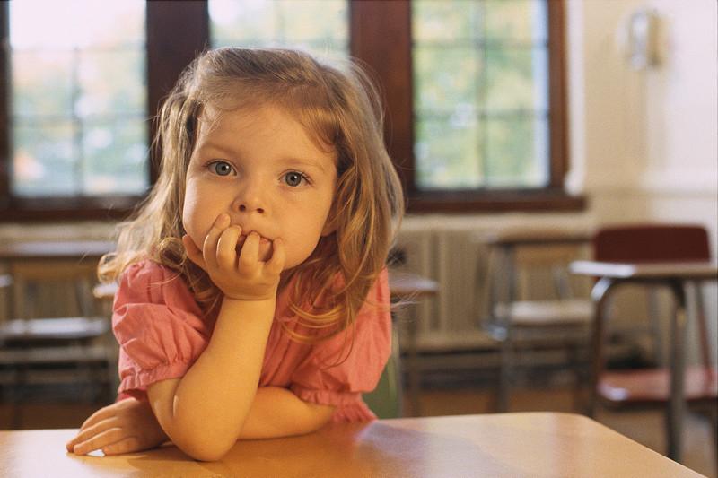 девочка показывает пипиську с низу смотреть