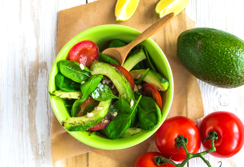 Салат из огурцов и авокадо и помидорами