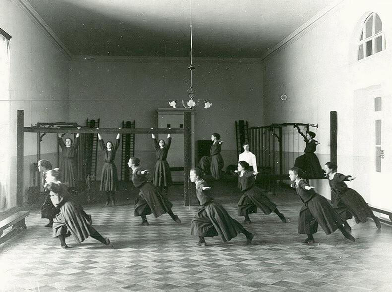 Как воспитывали провинившихся служанок в старину фото 51-834