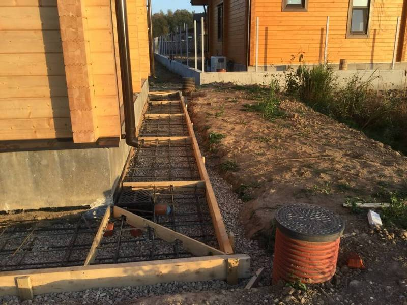 Как правильно сделать отмостку вокруг дома из бетона и плитки