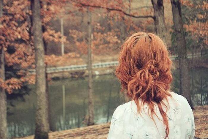 фото рыжей девушки с короткими волосами со спины захода