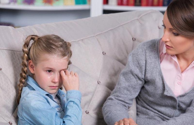 Излишняя опека может плохо сказаться в разных областях жизни ребенка.