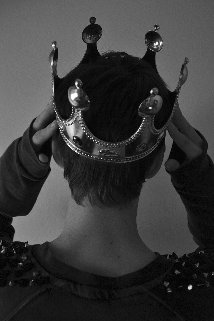 как сделать фото человек и корона зеркальные