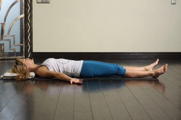 Полезная привычка: Вытягивание позвоночника перед сном