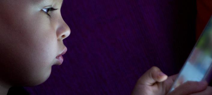 47% родителей обеспокоены, что у их ребёнка болезненная привязанность к смартфону
