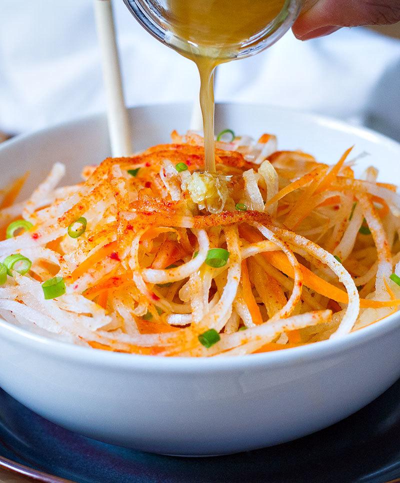 Необычный салат из дайкона с морковью и маком