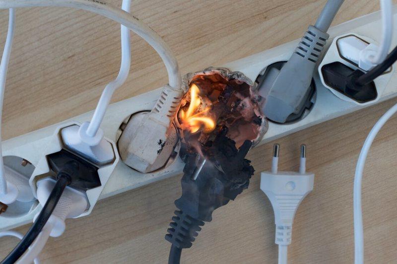 Почему зарядное устройство нельзя оставлять в розетке