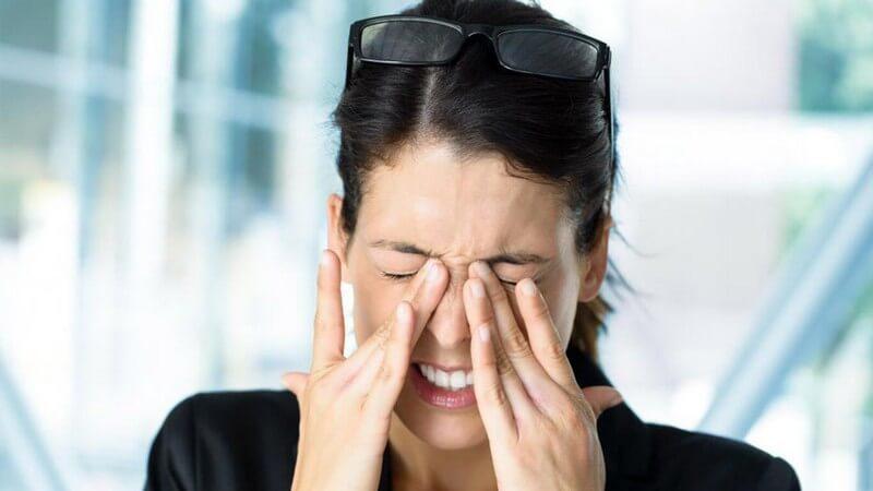 Если болит голова и давит на глаза: ЧТО делать