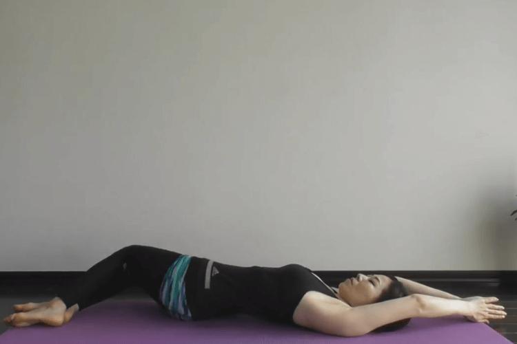 Повороты коленей: Упражнение для тонкой талии и здоровой спины