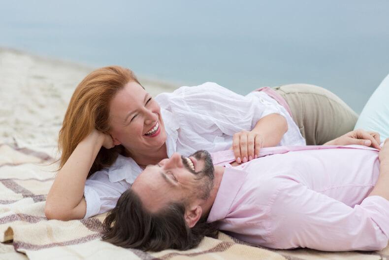 Почему мужчины начинают отношения с женщинами намного старше себя: Мнение психолога