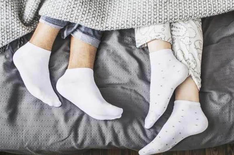 Спать в носках - так ли это полезно для здоровья?