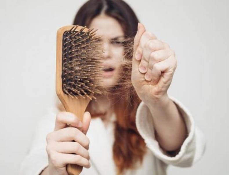 Выпадение волос у женщин: сигнал о наличии проблем со здоровьем