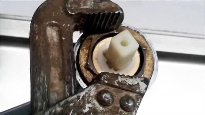 Течет кран, ремонтируем однорычажный смеситель